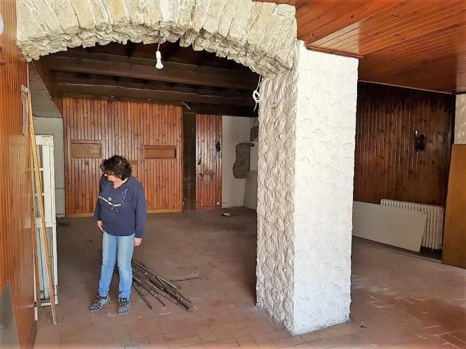 husfru inspekterar städning