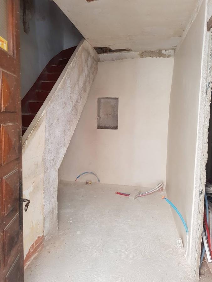 badrumsvägg med dörr
